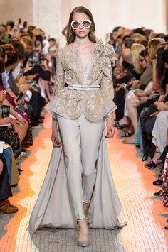 Welcome to the world of ELIE SAAB: discover the latest Haute Couture and Ready to Wear Collections, Accessories, Shows, Celebrities, Backstage and more. High End Fashion, 90s Fashion, Couture Fashion, Hijab Fashion, Runway Fashion, Fashion News, Fashion Models, Fashion Dresses, Elie Saab Couture
