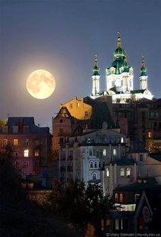 Full Moon above Kyiv Ukraine Russian Architecture, Historical Architecture, Kiev Ukraine, Ukraine Flag, Kirchen, Flower Delivery, Eastern Europe, Cool Pictures, Cathedral
