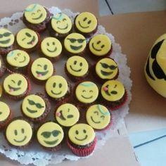 Smiley-s oreos muffin Oreos, Smiley, Muffin, Desserts, Image, Food, Tailgate Desserts, Deserts, Essen