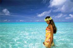 Mulher com roupas típicas da polinésia - usando um pareo - na Lagoon de Huahine   foto: © TAHITI TOURISME – David Kirkland