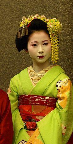 Maiko, apprentice of Geisha Japanese Beauty, Japanese Fashion, Asian Beauty, Japanese Girl, We Are The World, People Of The World, Look Kimono, Geisha Art, Geisha Japan
