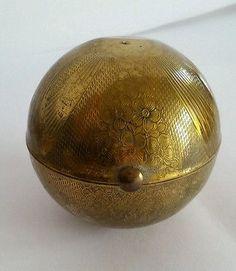 Pygmalion globe vintage powder compact
