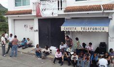 Toman Profesores de la sección XXII Oficinas del Consejo Distrital Electoral en Huajuapan.