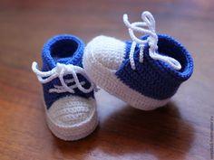 """Купить Пинетки кеды """"Ботики"""", вязаные пинетки, пинетки крючком - синий, в полоску, пинетки для новорожденных"""