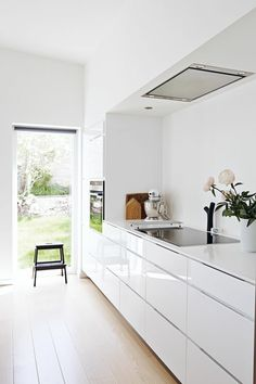 une jolie cuisine blanche avec meubles laqués