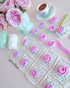 No photo description available. Crochet Cushion Cover, Crochet Cushions, Crochet Pillow, Baby Blanket Crochet, Crochet Baby, Crochet Flower Patterns, Crochet Motif, Crochet Flowers, Crochet Stitches