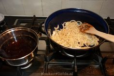 Grootmoeders draadjesvlees - Keuken♥Liefde Goulash, Dutch Oven, Spaghetti, Ethnic Recipes, Om, Hush Hush, Iron Pan, Dutch Ovens, Dutch Oven Cooking
