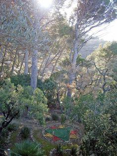 """En el jardín de la """"Torre del Moro"""", de nuevo con unas impresionantes vistas sobre el mar, el Beato Ramon Llull dibujó en la tierra sus características figuras geométricas """"perfectas"""", con las que pretendía probar la verdad o mentira de cualquier postulado ☺︎ Monasterio de Miramar (Valldemossa, Serra de Tramuntana, Mallorca) donde Ramon Llull vivió durante algunos años ☺︎"""