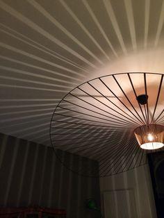 Styles et inspirations en décoration, design, architecture dintérieur. Ceiling Lights, Feature Light, Modern Lighting Design, Ceiling Pendant Lights, Suspension Lamp, Interior Furniture, Lights, Light, Light Project