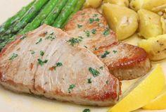 La elaboración de este pescado a la plancha con aromáticas hierbas y vinagre balsámico es muy sencilla. Si cuentas con los ingredientes, quieres degustar algo verdaderamente rico y tienespoco tiempo para cocinar, esta es la receta que debes guardar entre tus favoritas. El atún es el tipo de pe…