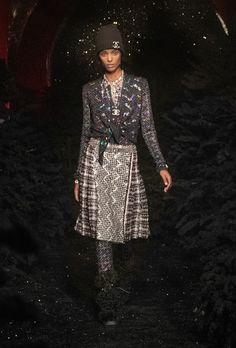 Chanel | Ready-to-Wear Autumn 2021 | Look 12 Fashion News, High Fashion, Fashion Beauty, Fashion Show, Womens Fashion, Fashion Trends, Elie Saab, Autumn Winter Fashion, Fall Winter