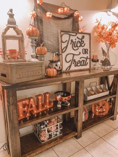 Halloween Room Decor, Theme Halloween, Fall Halloween, Halloween Decorations Apartment, Fall Apartment Decor, Halloween Entryway, Halloween Living Room, Halloween Flowers, Fall Living Room