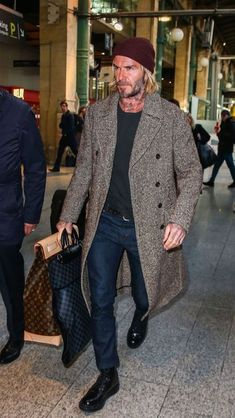 Celebrity Styles for Men David Beckham David Beckham arrive à Paris, Gare du Nord le 17 janvier 2018 2019 Fashion trends from style icon David Beckham is part of David beckham - Style David Beckham, David Beckham Fashion, David Beckham 2018, Style Casual, Men Casual, Casual Jeans, Mode Man, Mein Style, Herren Outfit