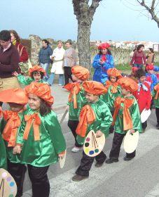 Los desfiles de disfraces de los colegios animan la fiesta