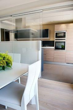 cocina_separar_ambientes_puertas_correderas, / solución cocina integrada Open Plan Kitchen, Diy Kitchen, Kitchen Interior, Kitchen Decor, Kitchen Ideas, Küchen Design, House Design, Interior Design, Small Apartment Interior