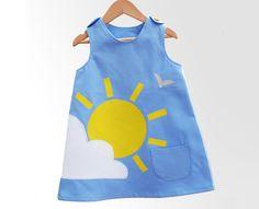 Las niñas vestido hecho a mano con la nube y el sol de verano