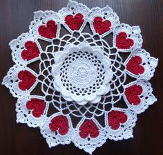 Hand crochet white doily with 12 red hearts por SintijasCrafts