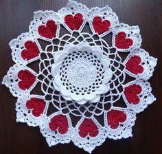 Hand crochet white doily with 12 red hearts por SintijasCrafts