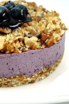 Raw Blueberry Cheesecake with Crumb Topping - Liver cleansing diet raw food recipes for a healthy liver. Learn how to do the liver flush Raw Dessert Recipes, Raw Vegan Desserts, Bon Dessert, Vegan Cake, Vegan Sweets, Healthy Desserts, Raw Food Recipes, Just Desserts, Delicious Desserts