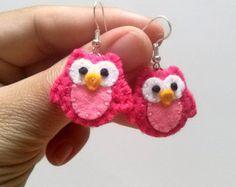 Dangle Earrings – Felt earrings - Pink owl dangle earrings – a unique product by dusi-ustvarja on DaWanda Denim Earrings, Owl Earrings, Animal Earrings, Etsy Earrings, Earrings Handmade, Needle Felted Animals, Needle Felting, Felt Necklace, Felt Owls