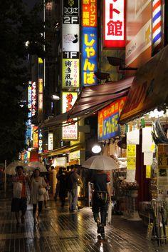 Tokyo - En un instant, une forêt de parapluies s'étoffe sur les trottoirs.