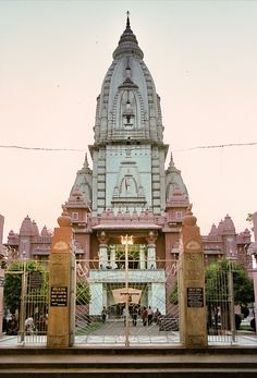 Kashi Vishwanath Temple in Varanasi. Goa India, India Tour, Indian Temple Architecture, Sacred Architecture, Temple India, Hindu Temple, Amazing India, Indian Colours, Temples
