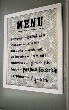Boards: 4 Pretty Ways to Plan Your Meals for the Week Frame pretty scrapbook paper or wallpaper, and use dry-erase markers on the glass to write your weekly menu! Photo: A Content HousewifeFrame pretty scrapbook paper or wallpaper, and use dry-erase marke Diy Presents, Diy Gifts, Hm Deco, Menu Boards, Diy Décoration, Dry Erase Markers, Do It Yourself Home, Menu Planning, Kitchen Planning