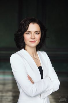 деловой портрет женщины на нейтральном темном фоне