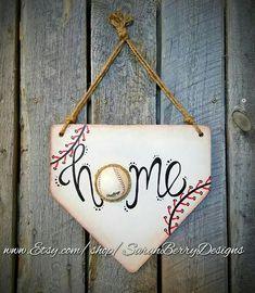 Baseball Decor – Home Plate Door Hanging – Baseball & Softball – Baseball Wreath – Coach's Gifts-MLB - Konzeptfahrzeuge Softball Wreath, Baseball Wreaths, Baseball Crafts, Softball Gifts, Cheerleading Gifts, Senior Softball, Softball Coach, Sports Wreaths, Baseball Bases
