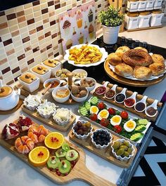 Huis te koop in Alanya Turkije Catering-Ideen - Essen und Trinken Breakfast Platter, Breakfast And Brunch, Breakfast Buffet, Breakfast Table Setting, Breakfast Presentation, Food Presentation, Comida Diy, Ideas Comida, Party Food Platters