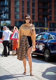 Crédible sur le bitume  Mannequin et blogueuse d'origine moldave, Doina Ciobanu a réussi à se faire une place dans le monde de la mode Londonnienne. Pois + tartan, on valide l'exentricité maîtrisée de sa tenue.  © Christian Vierig / Getty Images Street Looks, Street Style, Tartan, Glamour, Fashion Week, Vanity Fair, Mannequin, Bohemian, Shopping