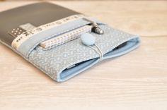 ♥ auf Maß gefertigte Hülle für Dein Tablet oder Deinen eReader ♥ hochwertige Baumwolle wird mit Kunstleder und Webband veredelt ♥ durch das eingearbeitete Volumenvlies hat die Hülle eine...
