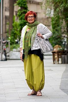 Remarkable style: I love the yellow green colours of trousers and matching shawl Mature Fashion, Older Women Fashion, 50 Fashion, Plus Size Fashion, Womens Fashion, Hipster Grunge, Boho Outfits, Fashion Outfits, Street Style Vintage