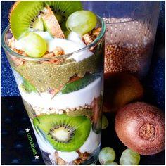Guten Morgen ihr Lieben  Auf geht's in einen neuen Tag  Es geht  grün -weiß  weiter Da der Arbeitstag wieder früh beginnt  ist ein #overnightoats das perfekte #frühstück  Kühlschrank auf --- und loslöffeln   Ich habe gestern geschichtet : #dinkelcrunchy #sojajoghurt #quinoa gepoppt #chiapudding  aus #kokosnussmilch #matcha und #chiasamen weiß kiwi #weintrauben  Lasst uns den #mittelfingermittwoch rocken    #breakfast #vegan #vegetarisch #oats #porridge #fitfamgermany #fitdurch2016…