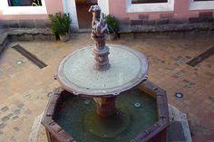Blick auf den Herkulesbrunnen im Hof des Palastes