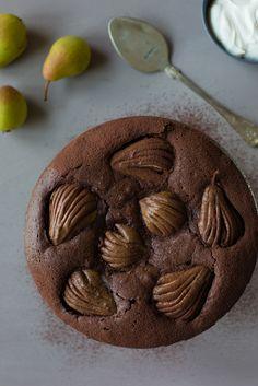 Sisältä kostea suklainen kakku, pehmeksi paistuneet päärynät ja lusikallinen vaahdotettua kermaa. Kuulostaa aika hyvälle, vai mitä?