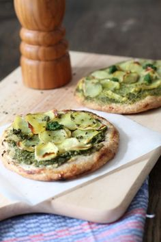 Aus der hessischen Sonsttags-Küche: kleine Kartoffel-Pizzen mit grüner Soße --> sonsttags.de