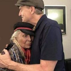 Sweet photo shows enduring friendship between Joni Mitchell, James Taylor