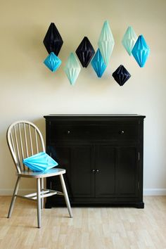 DIY Geometric Lanterns out of tissue paper. To hang in sewing/craft room as a fun decoration to match color decor Origami, Tissue Paper Lanterns, Paper Lamps, Papier Diy, Home Decoracion, How To Make Lanterns, Idee Diy, Home And Deco, Crafty Craft