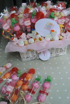 Decora una canasta de dulces en mimbre con papelillo, y tendrás un centro de mesa divino.