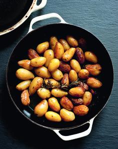 Dit heerlijke recept voor gebakken aardappeltjeskomt uit de nieuwste telg in De Zilveren Lepel-familie:Quick & Easy. Breng een pan water met wat zout aan de kook, kook de aardappels 10 minuten en laat ze uitlekken. Verhit de boter met de olie intussen in een grote koekenpan. Roer er de rozemarijn, knoflook en aardappels door en …