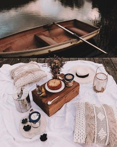 Picnic Images, Breakfast Platter, Cute Date Ideas, Pear Cake, Picnic Baskets, Romantic Picnics, Fresh Figs, Vogue Living, Picnic Foods