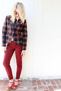 Пиджак в клетку, рубашка, галстук, красные брюки