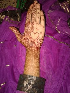 Hena mehendi ..wit heart .in centre ..;) ♡♥