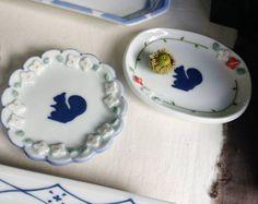 どんぐり  森へ来たらやっぱりこれどんぐり りすのお皿に飾り付け  #陶小物#陶#nonojiko#磁器 #器#うつわ#りす#小花#輪花 #どんぐり#皿#オーバル皿