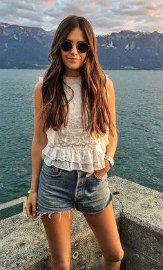 Street style look com short jeans e blusa renda.