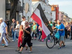 Demonstrators carry the flag of the German empire that was used until the md 1930 (DPA)