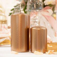 Diese Kerze im angesagten Metallic-Look gibt der Tischdeko sofort ein festliches Aussehen und verbreitet warmes Licht