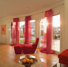 Tende colorate sui toni del rosso lunghe fino a terra. Curtain Rods, Sweet Home, Windows, Curtains, Wall, Window Ideas, Terra, Bedroom Ideas, Design