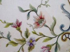Сначала изделия из ткани бандера с вышивкой использовались как покрывала и чехлы, чтобы сохранить от света и от пыли мебель и изделия из более ценных вышитых тканей, однако, она нередко даже соперничала с последними по красоте и роскоши узора.